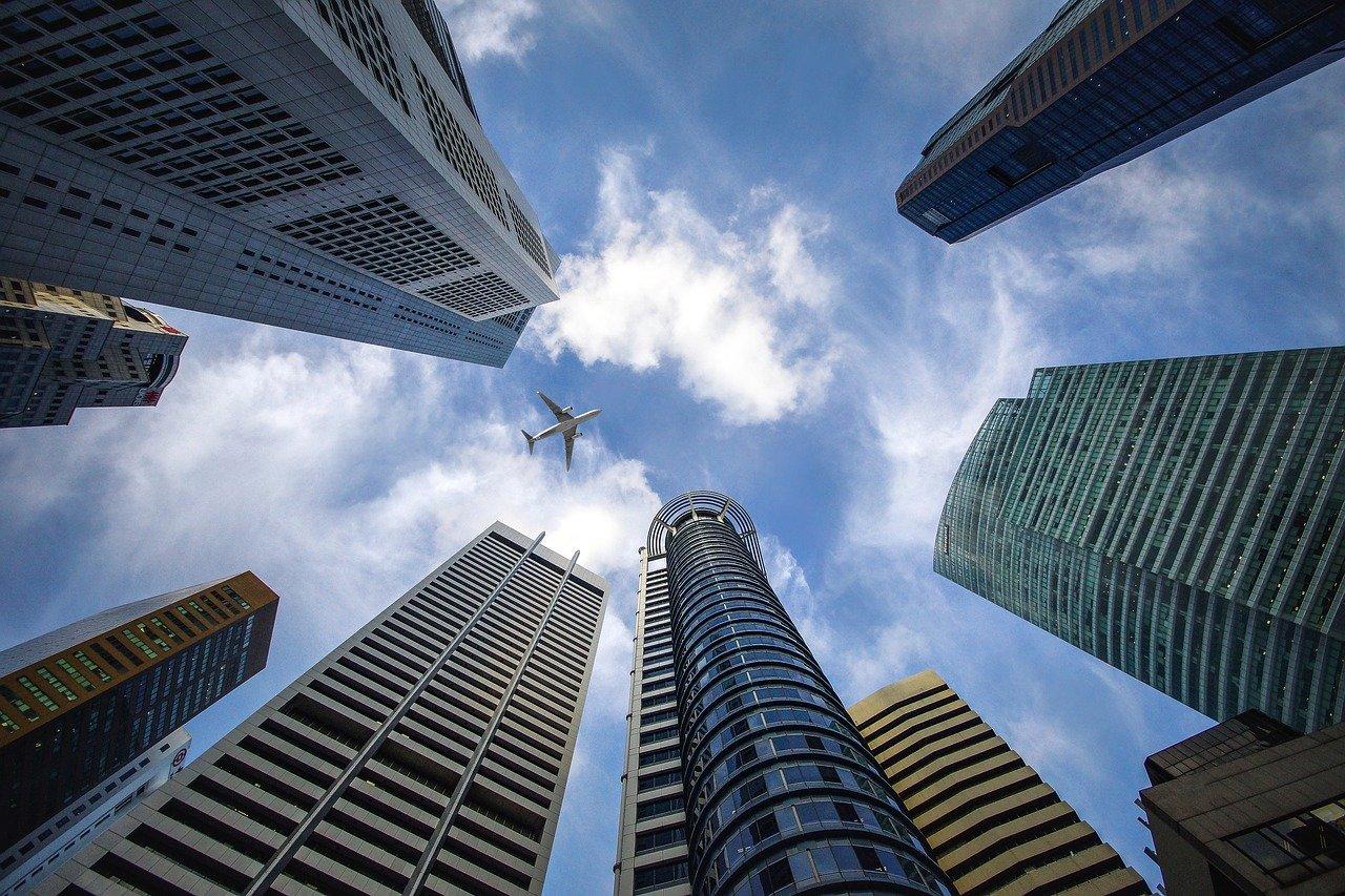 高層ビルと飛行機
