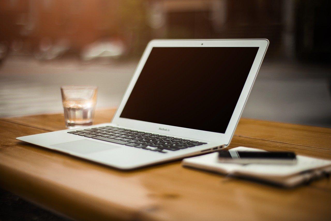 ノートパソコン、デスク、ワークスペース