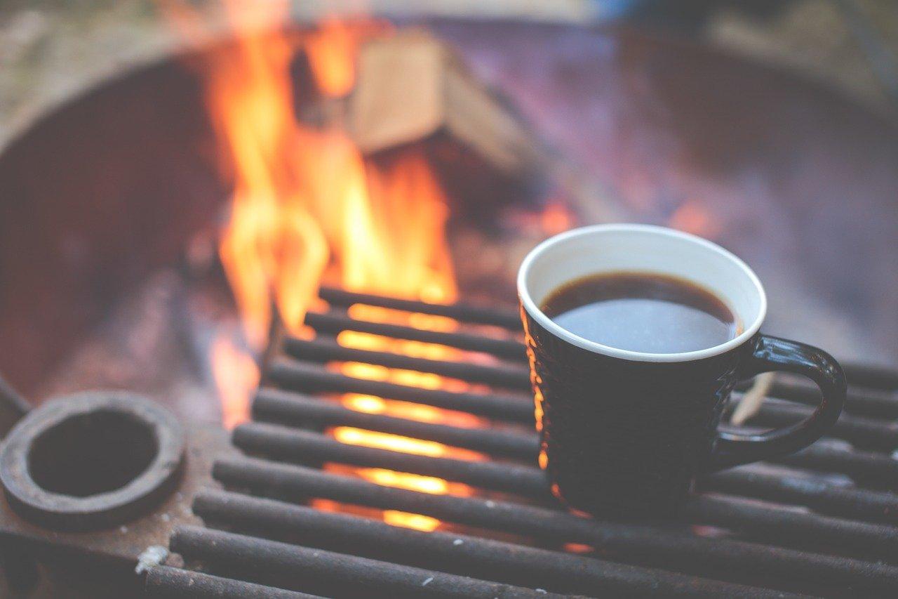 たき火とコーヒーの画像