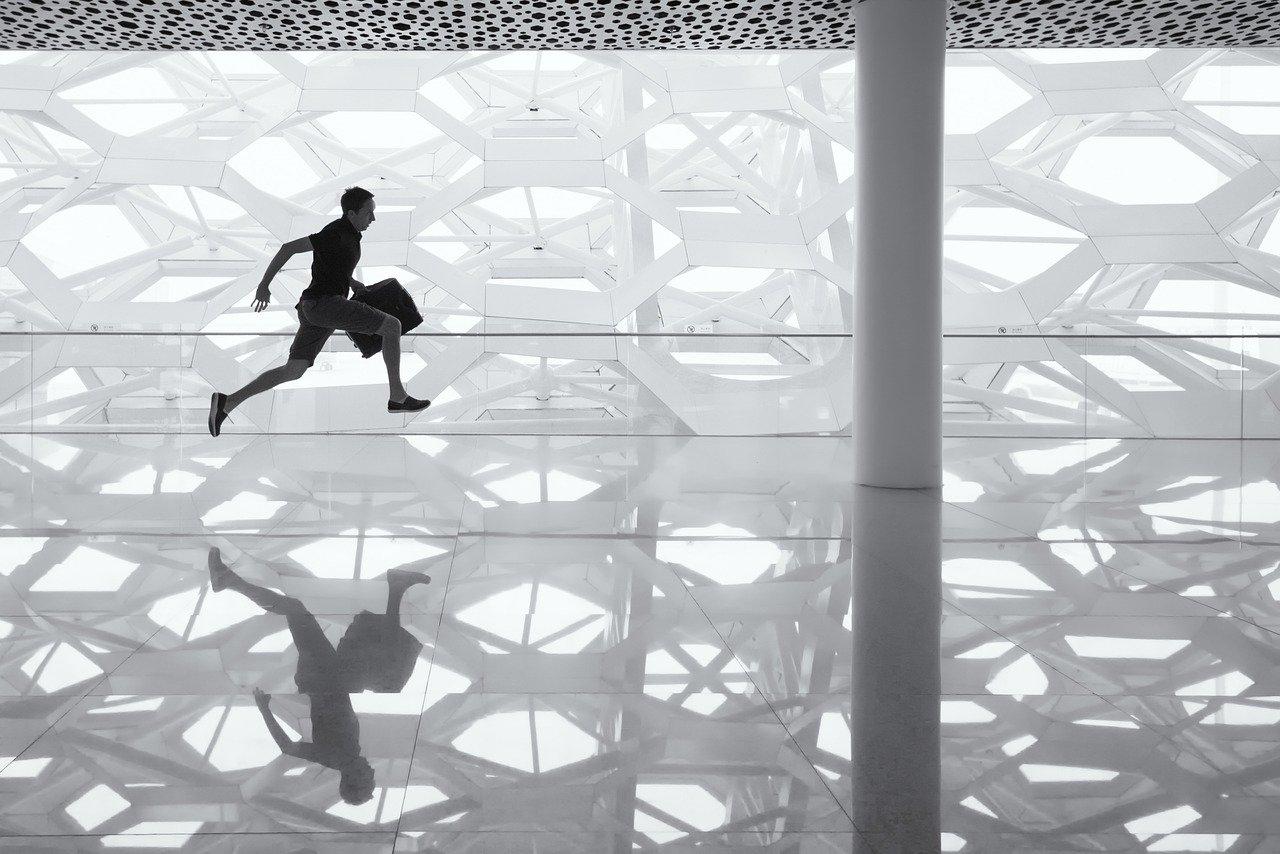 走る男、ガラスの床、反射