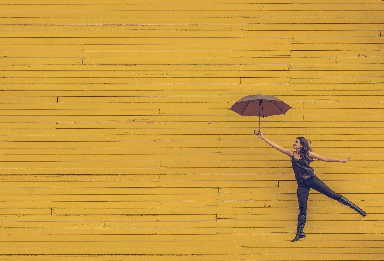 傘を持っている女性