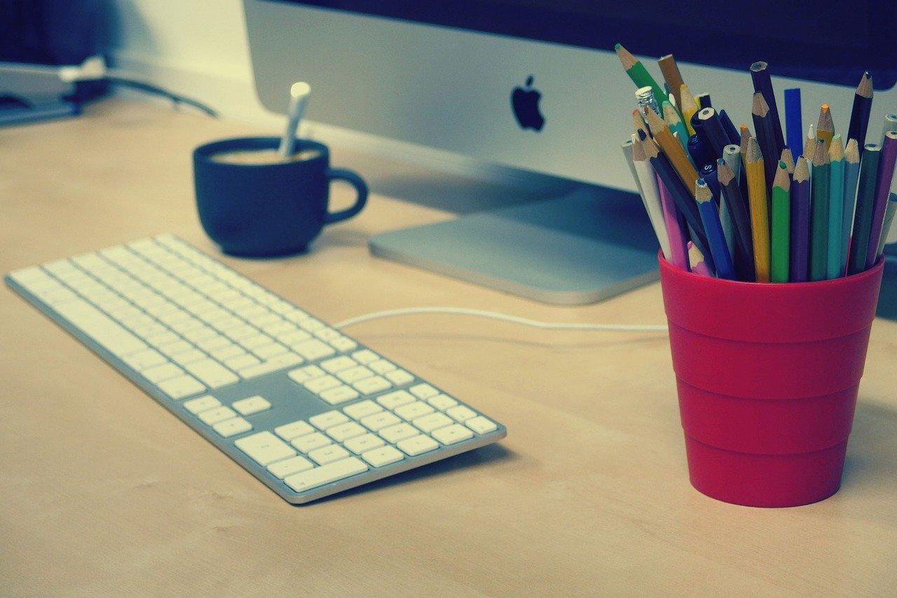 デスクトップPCと鉛筆立て