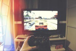 テレビゲームとコントローラー