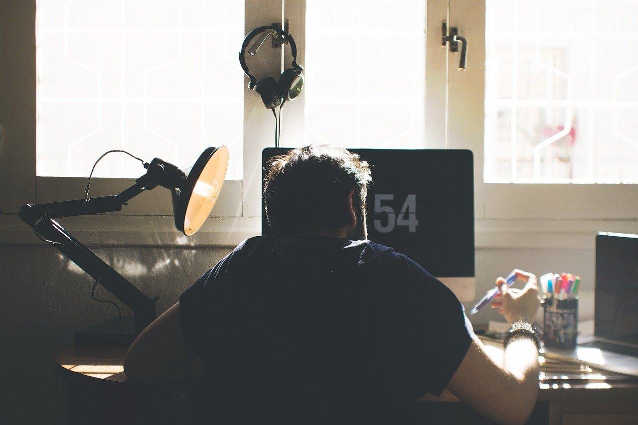 椅子、コンピューター、机