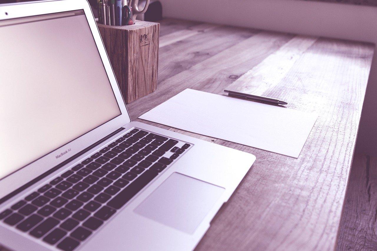 パソコン、紙、鉛筆
