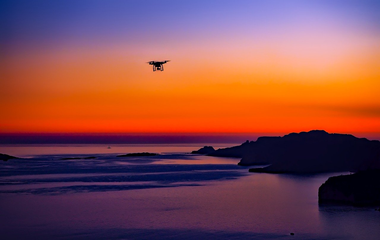 夕日とドローンの画像