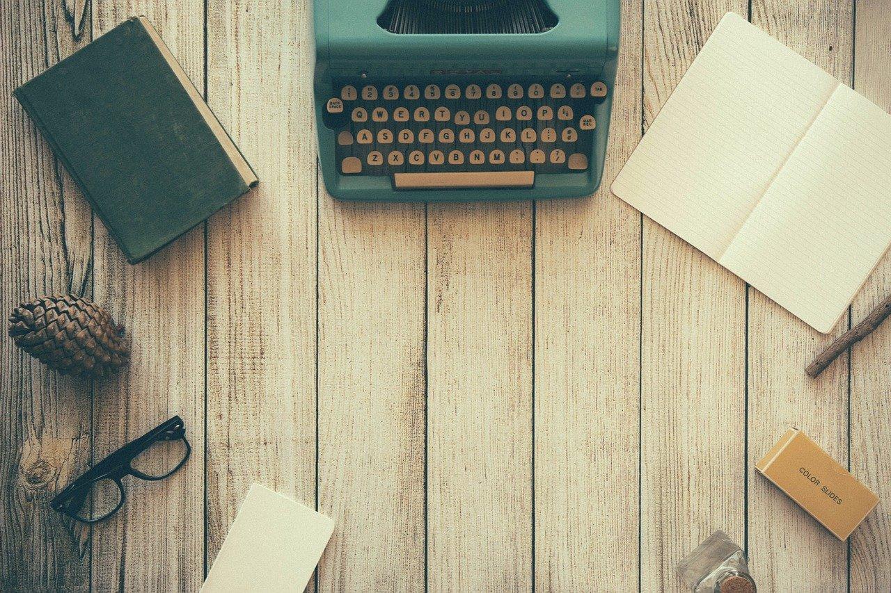 机の上のタイプライター