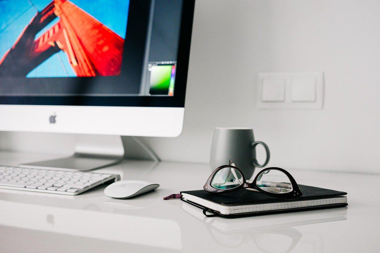 デスクトップPCとメガネ