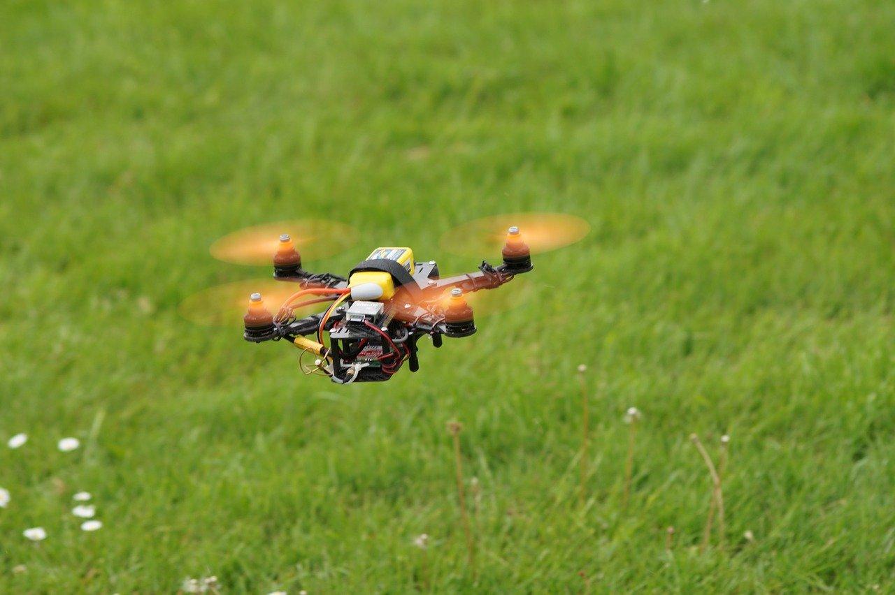 低空飛行するドローン画像