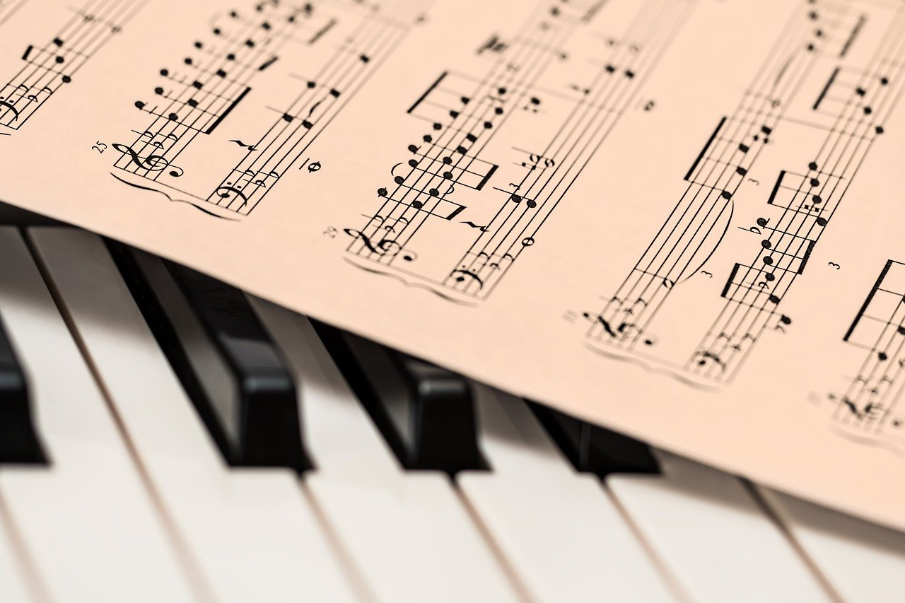ピアノの鍵盤の上に置かれた楽譜