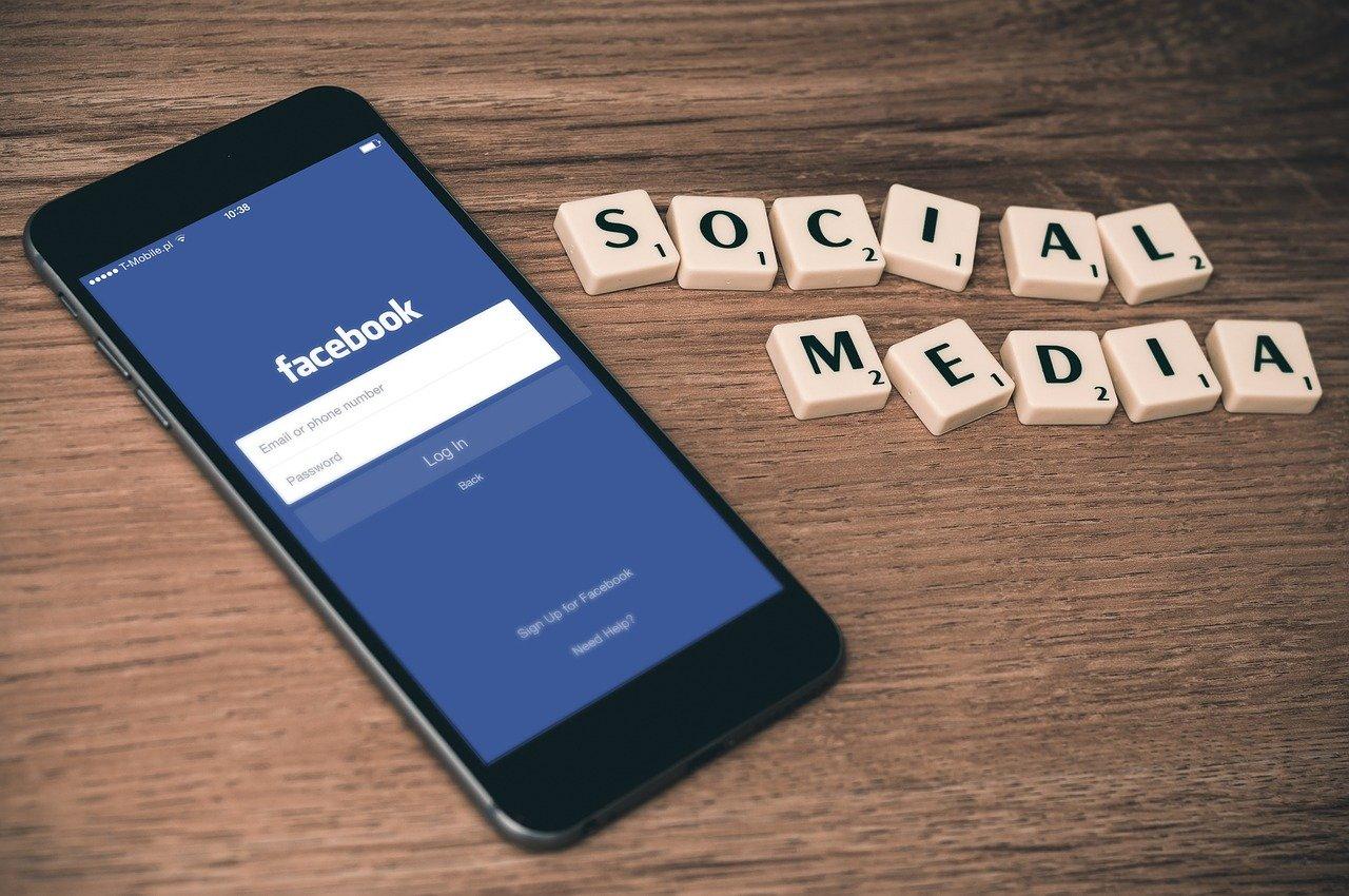 スマホのFacebookログイン画面とSOCIAL MADEIAの文字