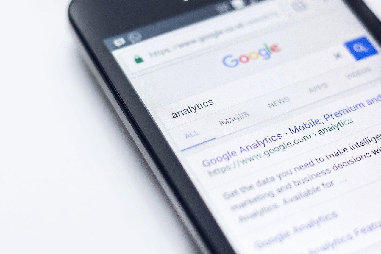 検索窓にanalyticsと入力されたGoogle検索エンジン