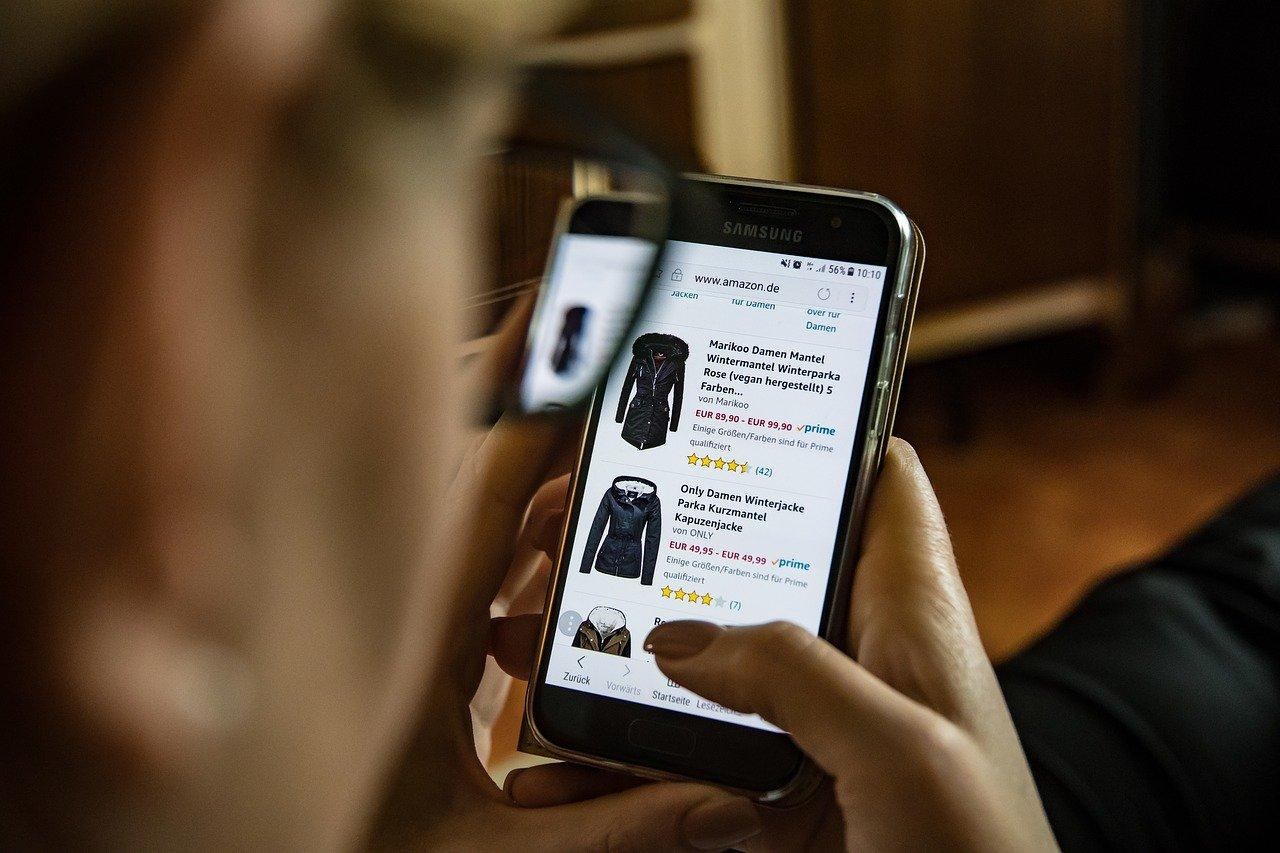 ECサイトで服を選ぶ女性