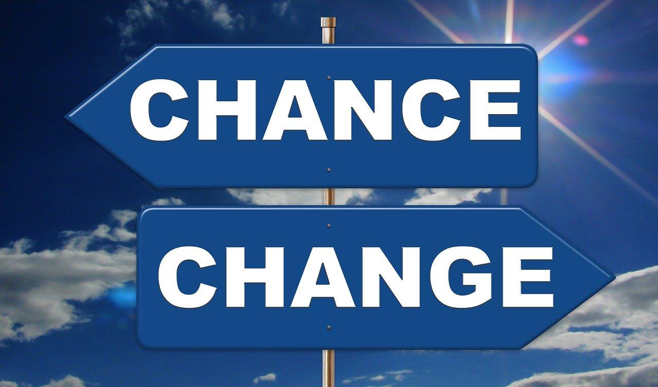CHANCEとCHANGEの標識と青空