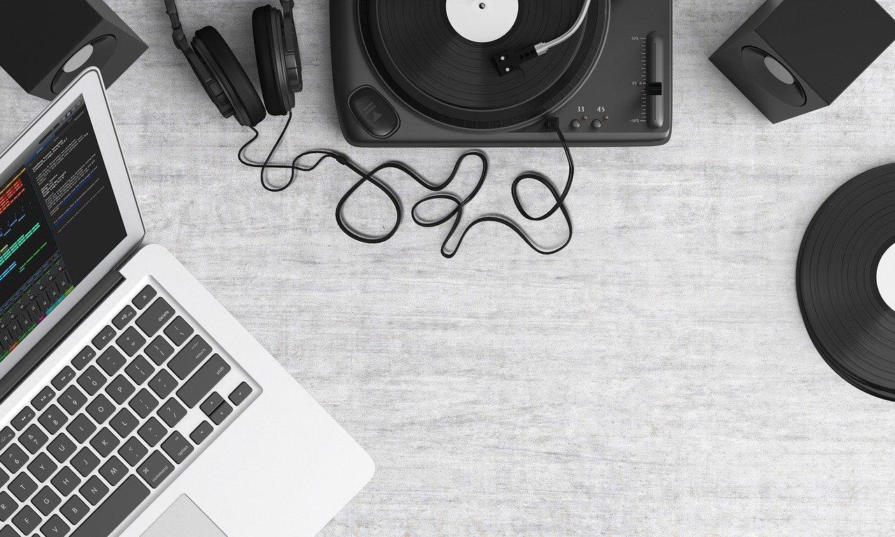 PCと音楽機材のモノクローム写真